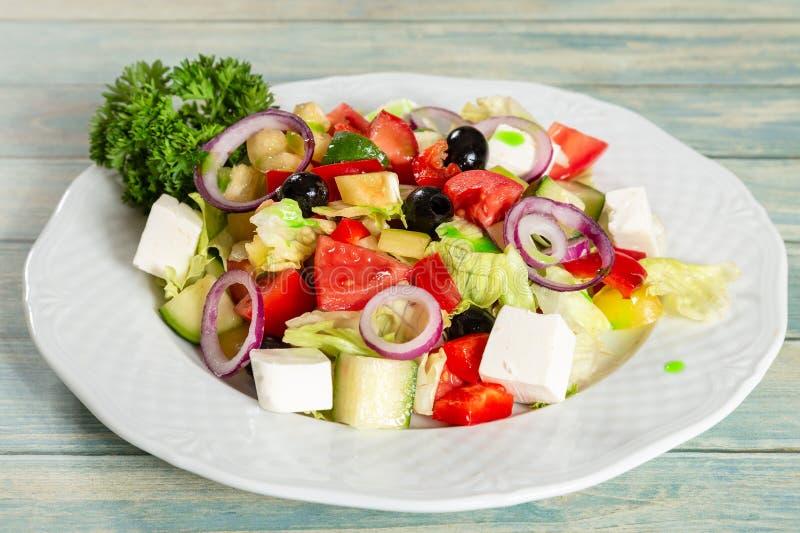Grekisk sallad med fetaost och oliv royaltyfria foton