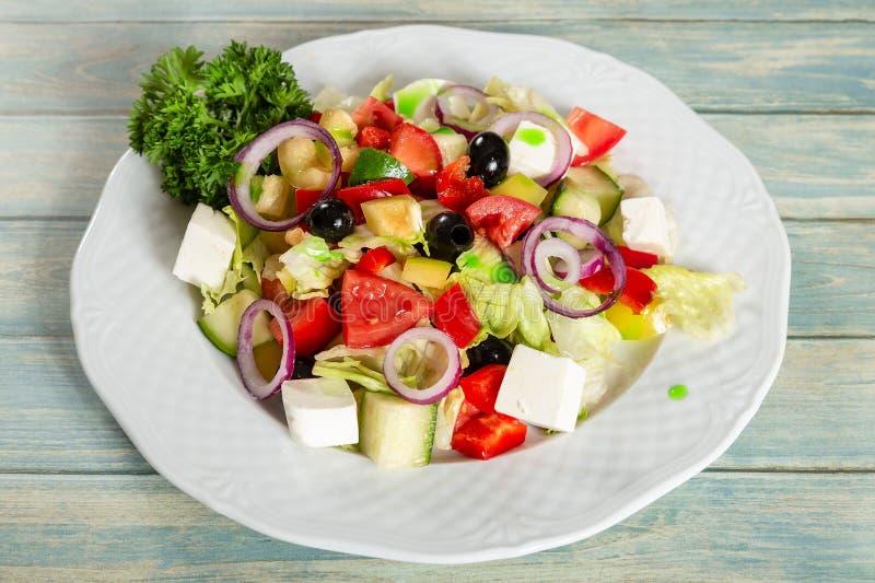 Grekisk sallad med fetaost och oliv royaltyfri bild