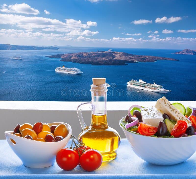 Grekisk sallad mot caldera med skepp på den Santorini ön i Grekland royaltyfri foto