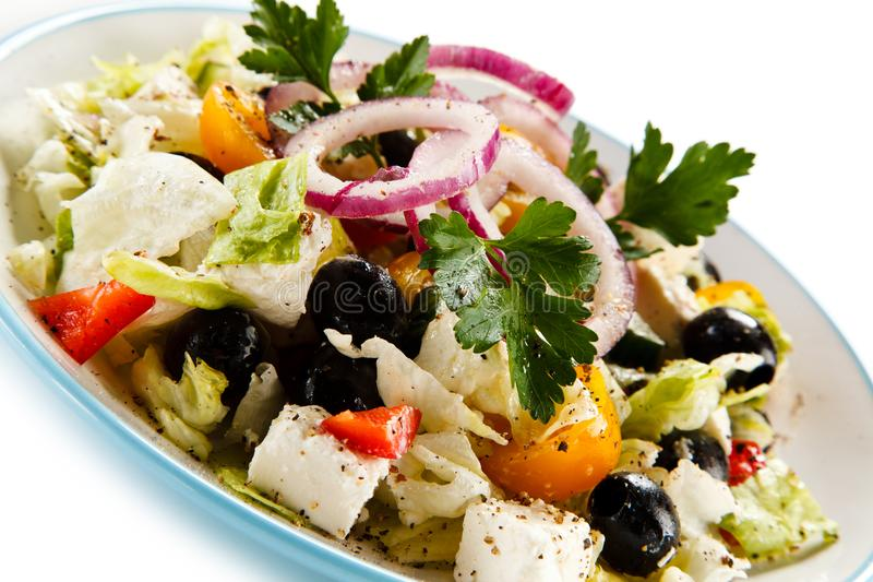 Grekisk sallad på vit bakgrund arkivfoton