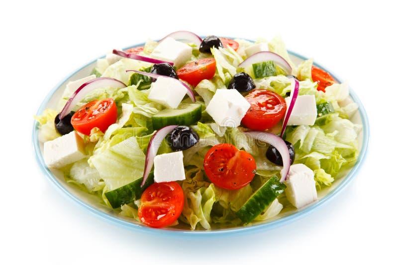 Grekisk sallad på vit bakgrund royaltyfri foto