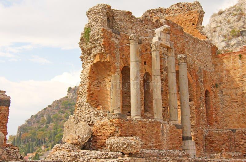 Grekisk teater i staden av Taormina, Sicilien ö, Italien Den gamla och forntida stenen fördärvar Gamla grekiska kolonner, grekisk arkivfoton