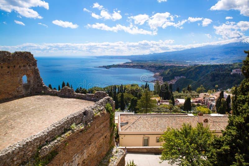 Grekisk teater, medelhav- och Etna vulkanpanoramautsikt, Sicilien, Italien fotografering för bildbyråer