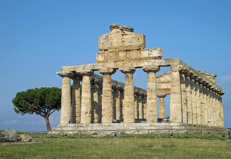 Grekisk tempel för dyrkanen av gudarna i sydlig Ita fotografering för bildbyråer