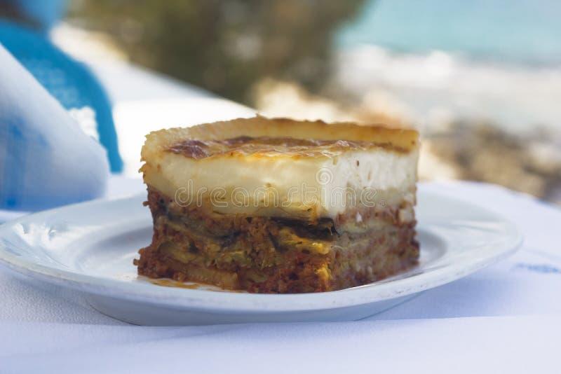 Grekisk traditionell moussaka med på sjösidan royaltyfri fotografi