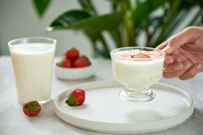 Grekisk yoghurt för sund frukost och nya bär i händer av mannen Hälsokost från selektiv fokus för yoghurtbegrepp royaltyfria foton