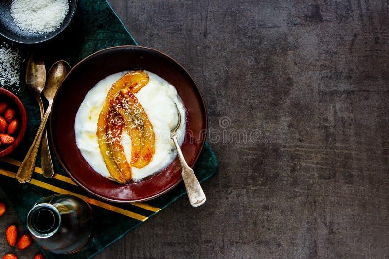 Grekisk yoghurt med den grillade bananen royaltyfria foton