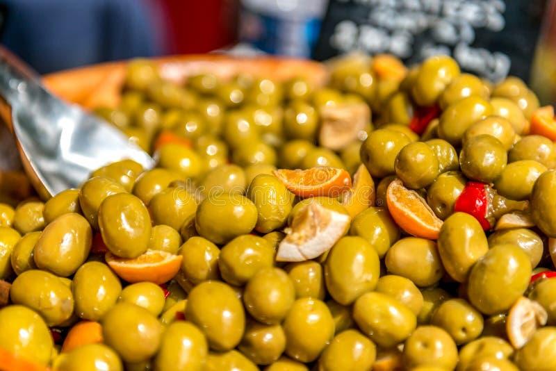 Grekiska delikatesser, aromatiska oliver i apelsiner med kryddpeppar royaltyfri fotografi