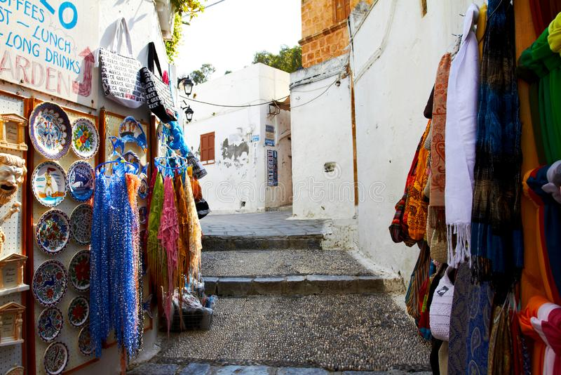 Grekiska smala gator med vit stenar hus royaltyfria bilder
