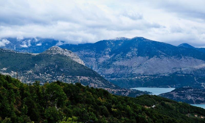 Grekiskt berglandskap på den molniga dagen, Grekland royaltyfri bild