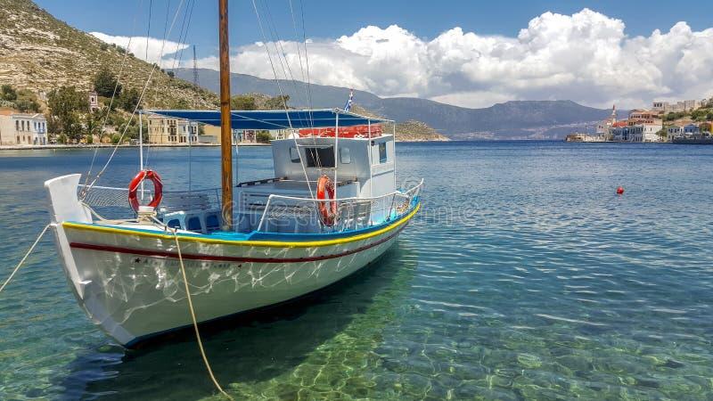 Grekiskt fartyg i Kastellorizo royaltyfria bilder