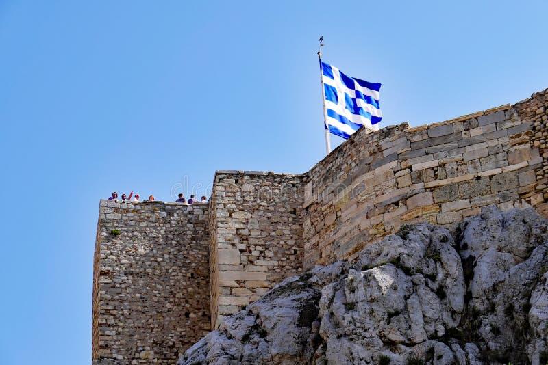 Grekiskt flaggaflyg ovanför akropolväggar, Aten, Grekland fotografering för bildbyråer