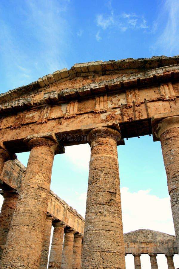 grekiskt fyrkantigt tempel för forntida kolonner arkivfoton