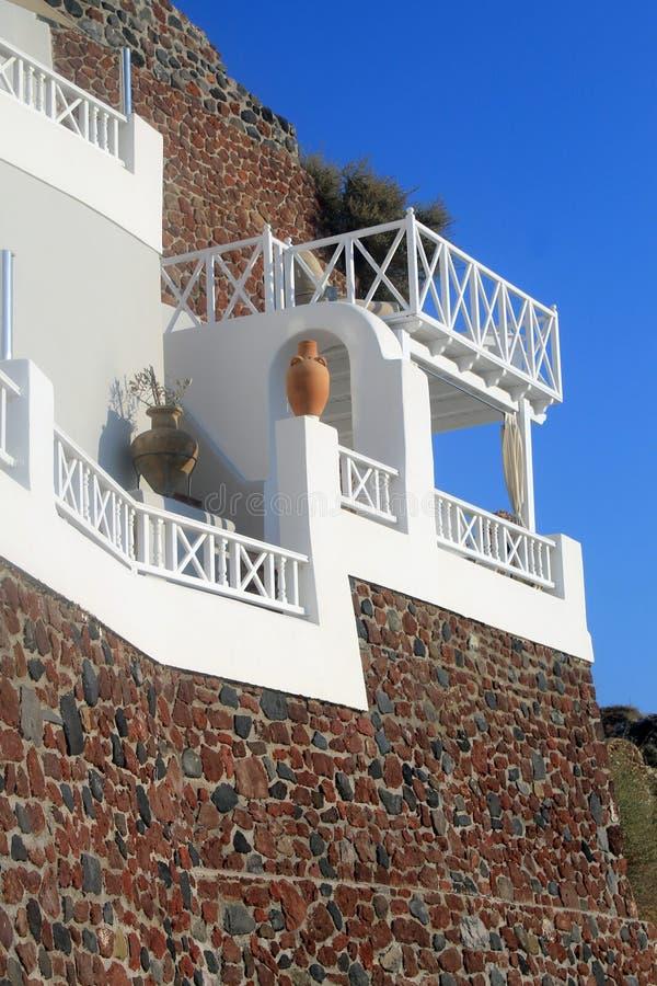 Grekiskt hus för sten med den vita balkongen, Santorini, Grekland arkivbild