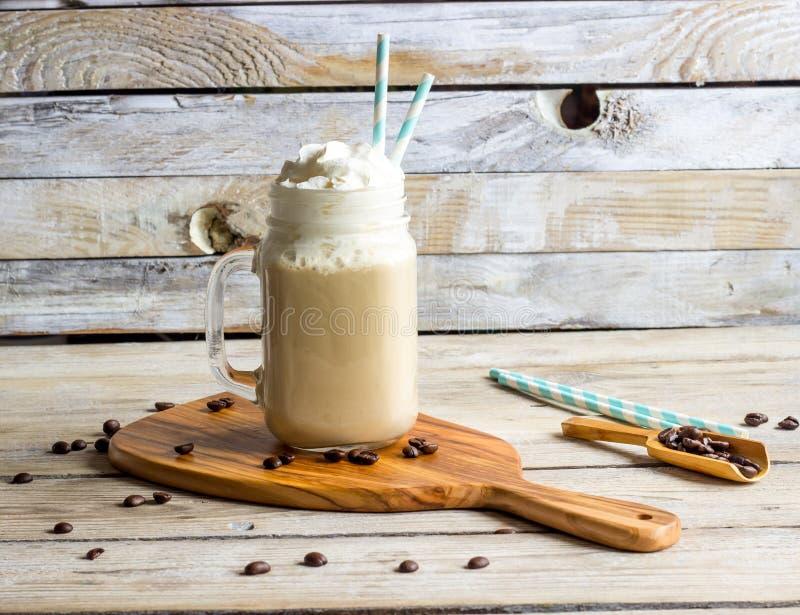 Grekiskt kaffe Frappe med mjölkar arkivfoton