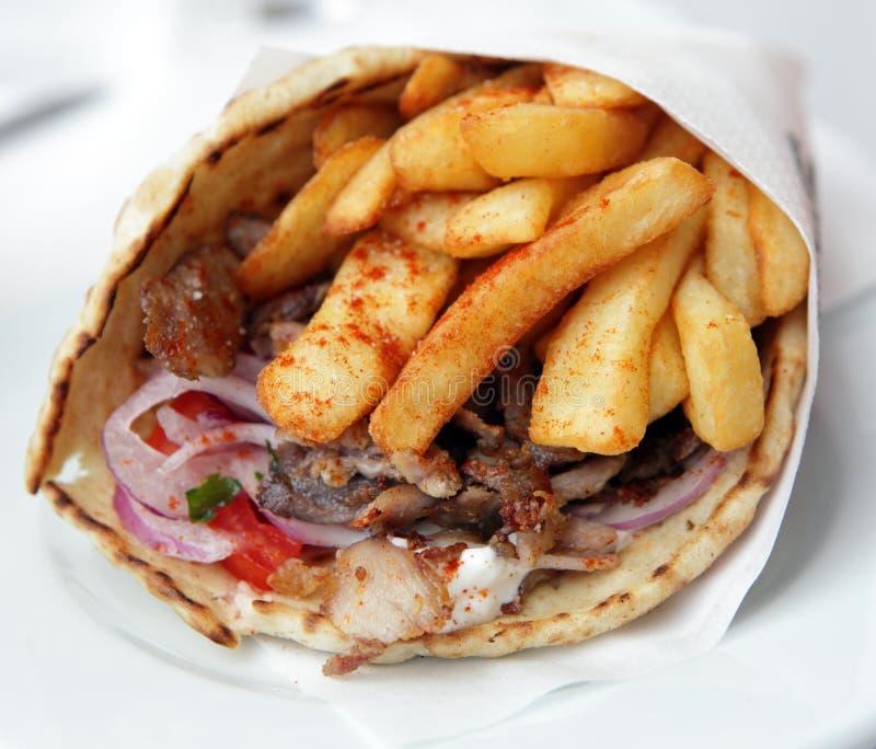 Grekiskt porksouvlakiomslag royaltyfri fotografi