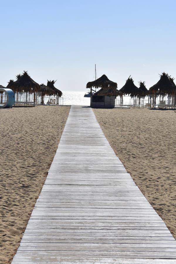 Grekland ön av Ios i den Cyclades kedjan Mylopotos strand - slags solskydd royaltyfri foto
