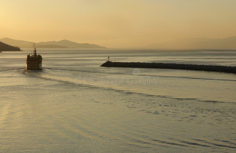 Grekland ön av Kalymnos Gryning och färjan lämnar hamnen royaltyfri foto