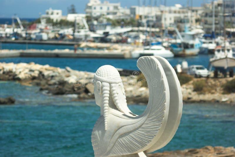Grekland ön av Naxos den färgrika behållaredagen port många soligt Påskyndad marmorerar statuen/ arkivbild