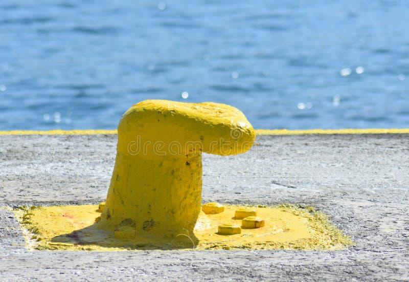 Grekland ön av Sikinos A gult målat förtöja arkivbilder