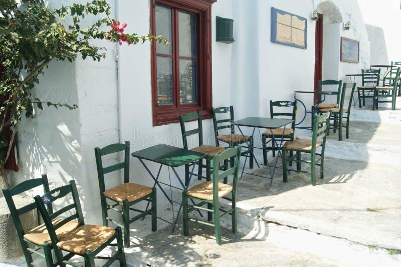 Grekland Amorgos, ett kaf? med tabeller och stolar arkivbild