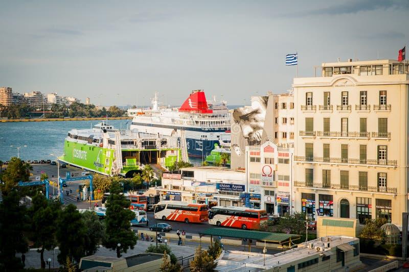 Grekland Aten, Augusti 2016, Pireus hamnsikt från överkanten av byggnaden Stort trans.skepp arkivbilder