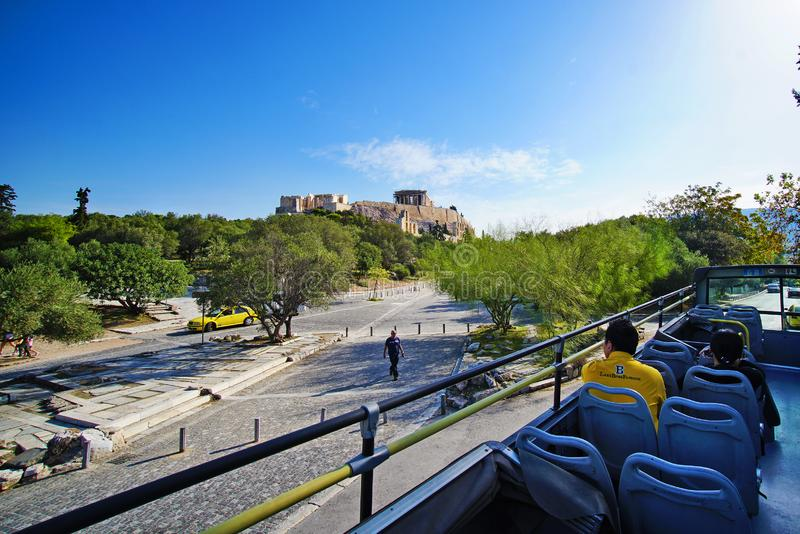 GREKLAND ATEN - OKTOBER 05 2018 turist- hållplats nära parthenonen royaltyfri bild