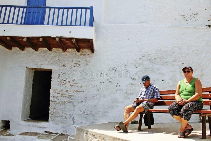 Grekland den Sifnos ön, Augusti 23 2010, besökare tycker om en solig dag i den Kastro byn royaltyfri bild