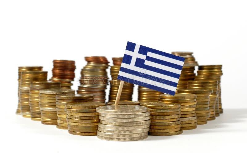 Grekland flagga med bunten av pengarmynt arkivbilder