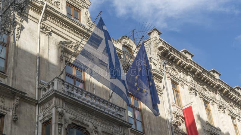 Grekland flagga och europeisk facklig flagga som hänger på väggen av ambassaden av Grekland i Istanbul royaltyfri bild