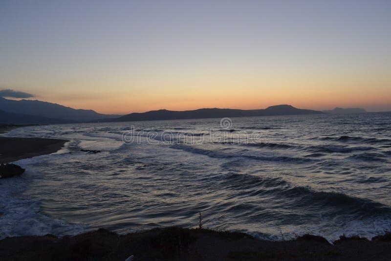 Grekland, Kreta, det ` s precis en härlig solnedgång och ett klart hav royaltyfria foton