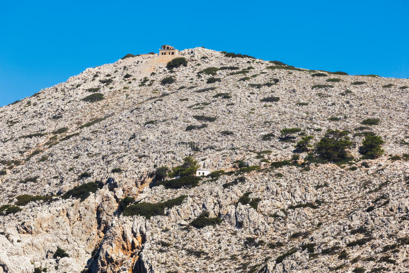 Grekland Panormitis Berg och byggnader på ingången till fjärden royaltyfri foto