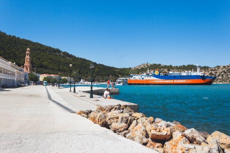 Grekland Panormitis-Juli 14: Kloster, promenad, färjeläge på Juli 14, 2014 i Panormitis, Grekland royaltyfri bild