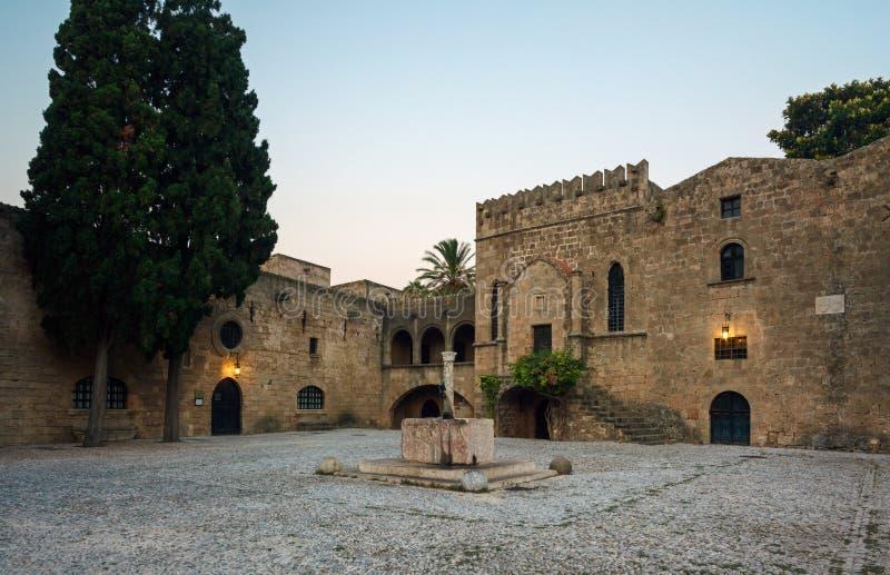 Grekland Rhodes - Juli 19 Argirokastu område med en springbrunn i morgonen på Juli 19, 2014 i Rhodes, Grekland royaltyfria bilder