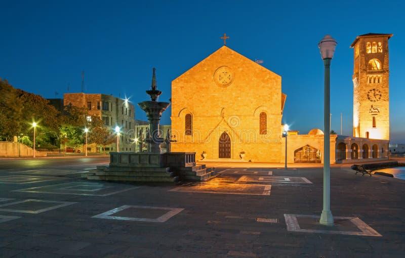Grekland, Rhodes - Juli 13 Evangelizmos kyrka och en springbrunn på Juli 13, 2014 i Rhodes, Grekland arkivbild