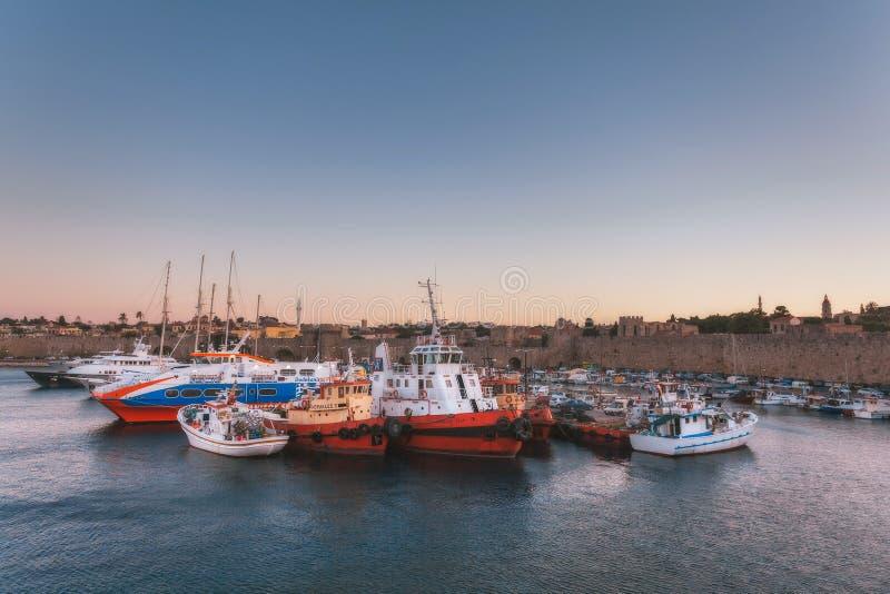Grekland Rhodes - Juli 13 hamnstad- och fästningväggar på Juli 13, 2014 i Rhodes, Grekland arkivbilder
