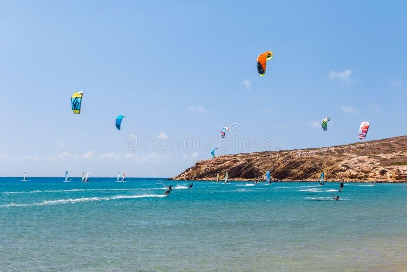 Grekland, Rhodes - Juli 17 Kiters och surfare i golfen av Prasonisi på Juli 17, 2014 i Rhodes, Grekland arkivbilder