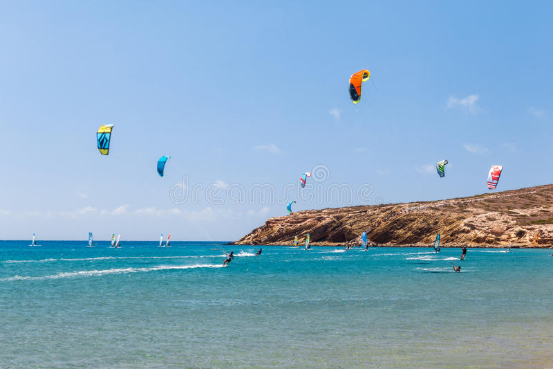 Grekland, Rhodes - Juli 17 Kiters och surfare i golfen av Prasonisi på Juli 17, 2014 i Rhodes, Grekland royaltyfri bild