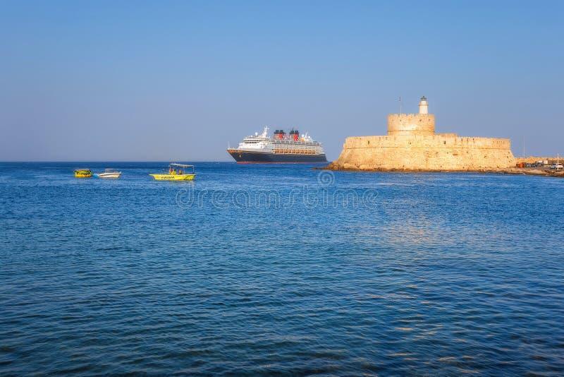 Grekland Rhodes - Juli 19 kryssningskepp på bakgrunden av fästningen av St Nicholas på Juli 19, 2014 i Rhodes, Grekland royaltyfri fotografi