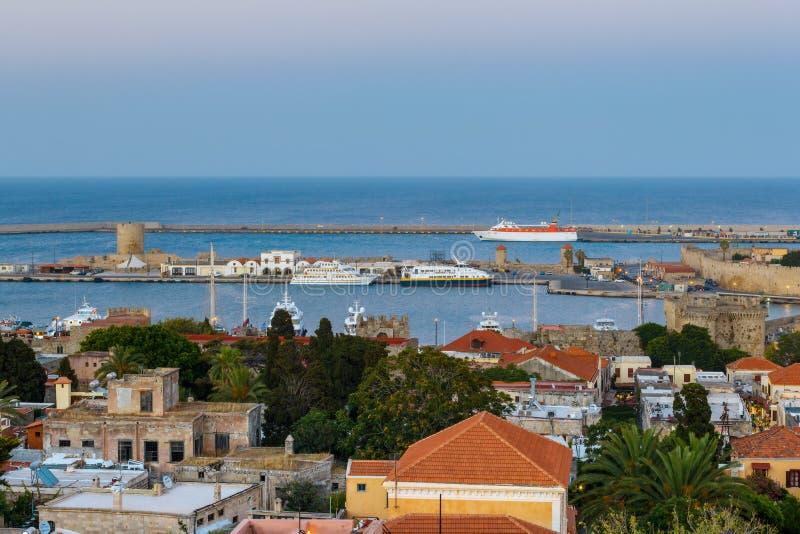 Grekland, Rhodes - Juli 12 panorama av porten och den gamla staden i aftonen på Juli 12, 2014 i Rhodes, Grekland royaltyfri bild