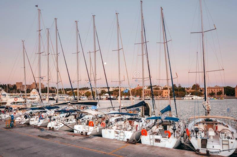 Grekland Rhodes - Juli 13 seglar i den hamnMandraki morgonen på Juli 13, 2014 i Rhodes, Grekland arkivbild