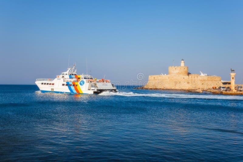 Grekland Rhodes - Juli 19 skeppet på en bakgrund av fästningen av St Nicholas på Juli 19, 2014 i Rhodes, Grekland royaltyfri foto