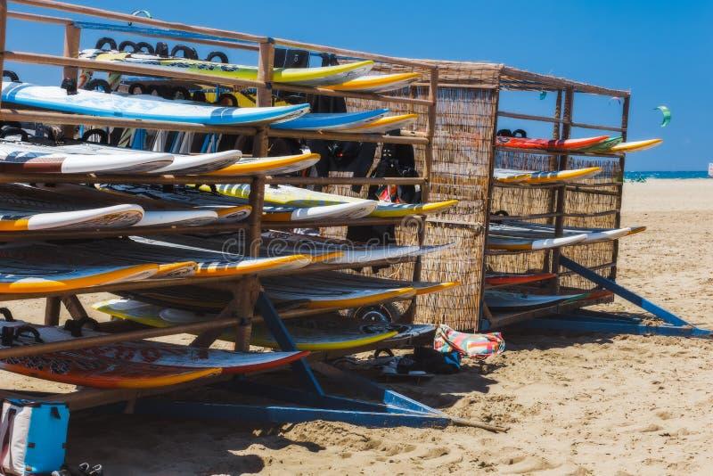 Grekland Rhodes - Juli 17 surfingbräden på stranden Prasonisi på Juli 17, 2014 i Rhodes, Grekland royaltyfri foto