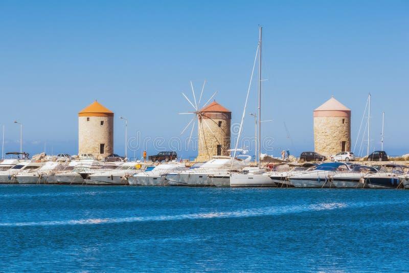 Grekland Rhodes - Juli 12 väderkvarnar på den Mandraki hamnen på Juli 12, 2014 i Rhodes, Grekland royaltyfria foton