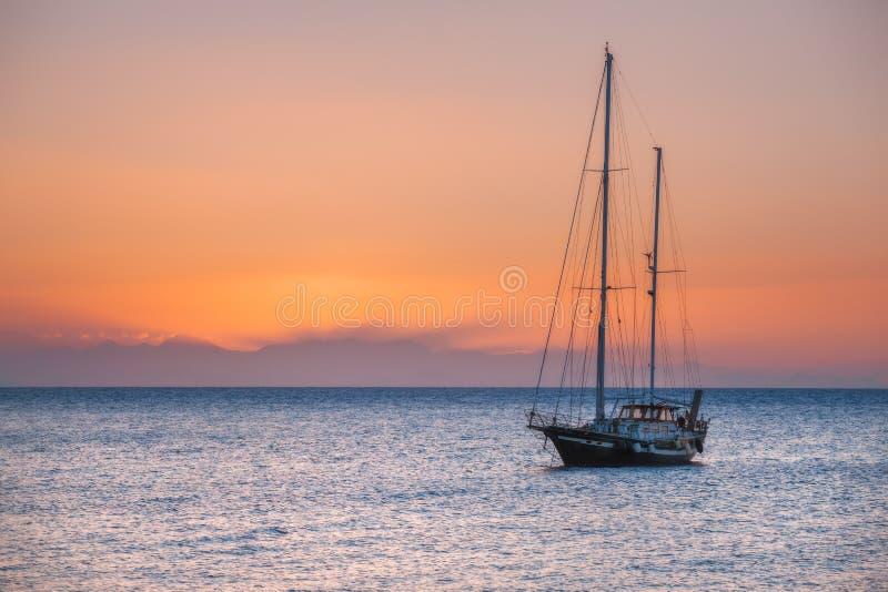 Grekland rhodes Yacht på soluppgång i medelhavet Rhodes ö Grekland royaltyfri foto