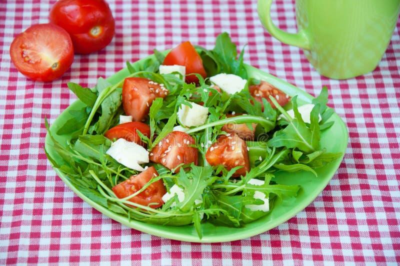 Grekland sallad med mozzarellaen, ruccola och tomater royaltyfri bild