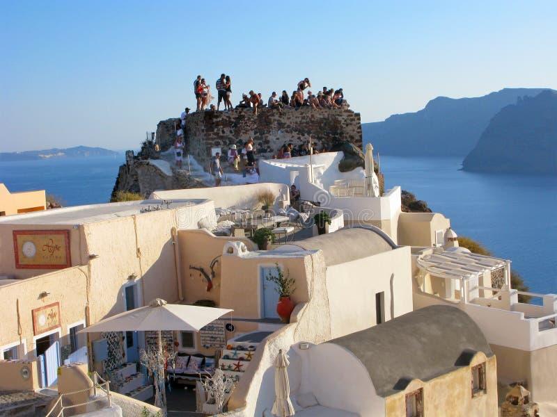Grekland Santorini, Oia, folk, gammal slott, väntan av solnedgången royaltyfri bild