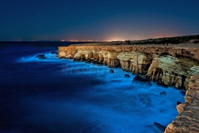 Greko del cabo, Chipre en la noche imagenes de archivo