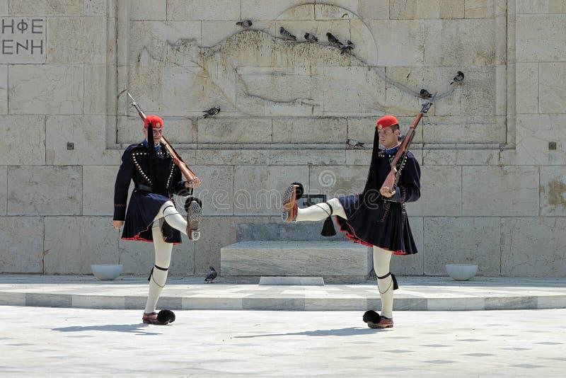 Grekvakter (evzones) i Athens, Grekland royaltyfria foton