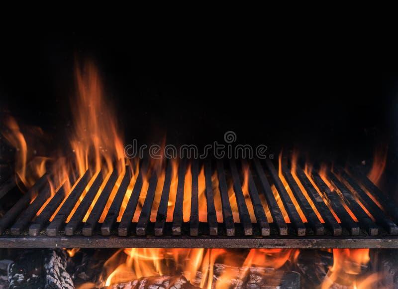 Grelha da grade e línguas vazias da chama do fogo Fundo da noite do assado imagens de stock royalty free